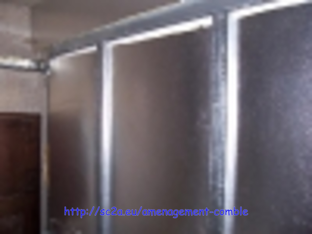 vue de l'isolant laine de verre sur porte de garage