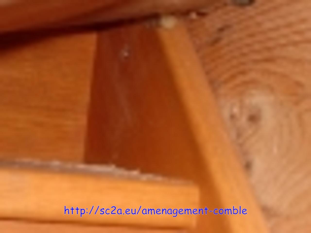 fixation de l\'escalier en kit - partie haute vissée contre le chevêtre