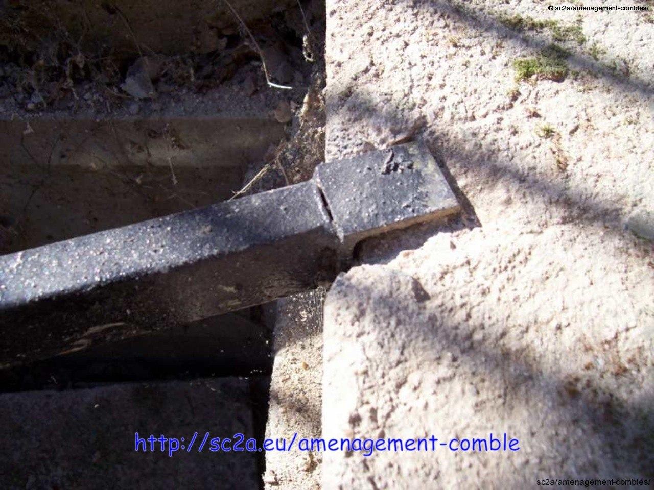 Bords supports métalliques sous les lambourdes dans le béton