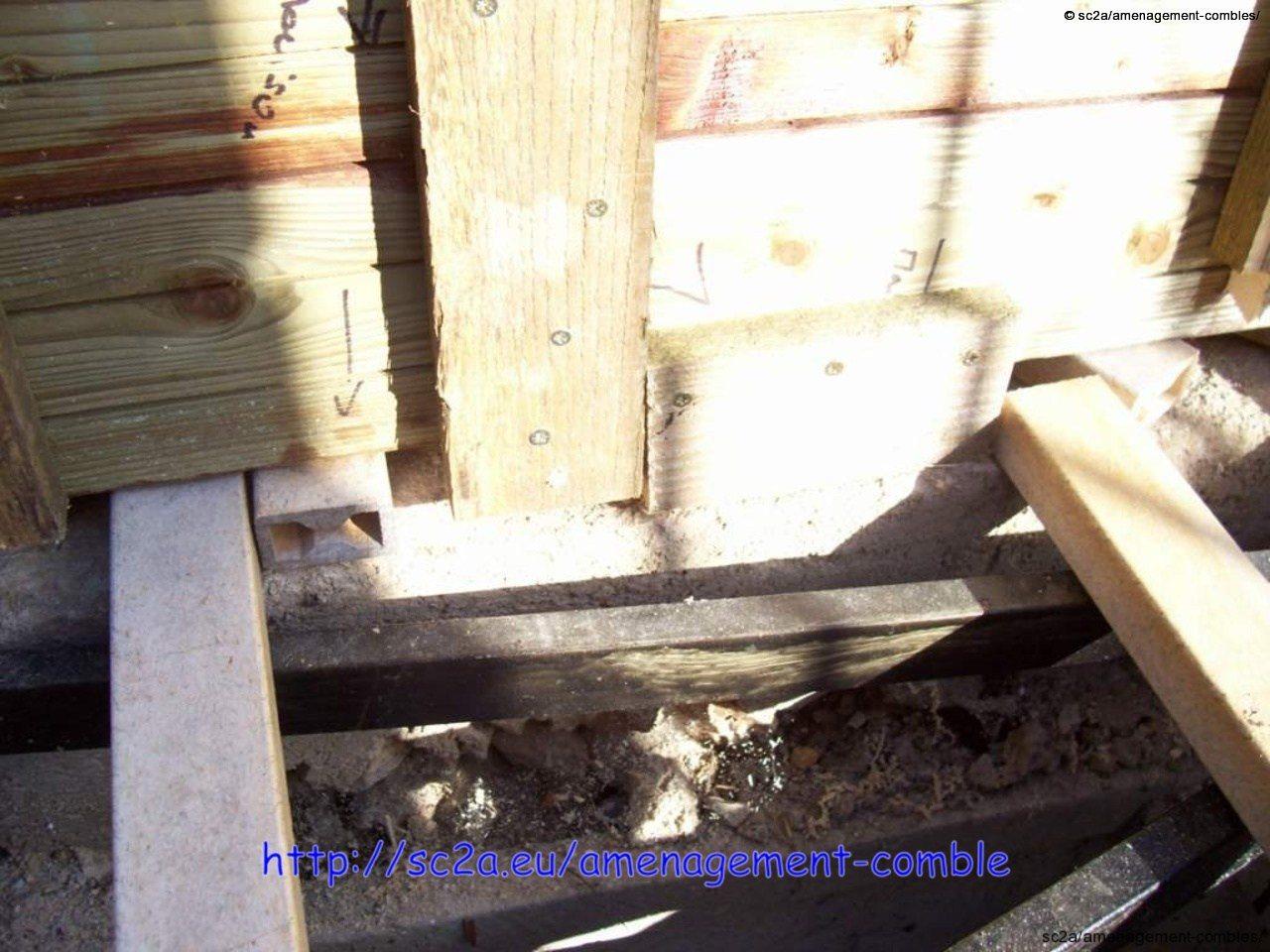 détail du bord de la trappe d\'accès en lames autoclaves au robinet d\'arrêt d\'eau