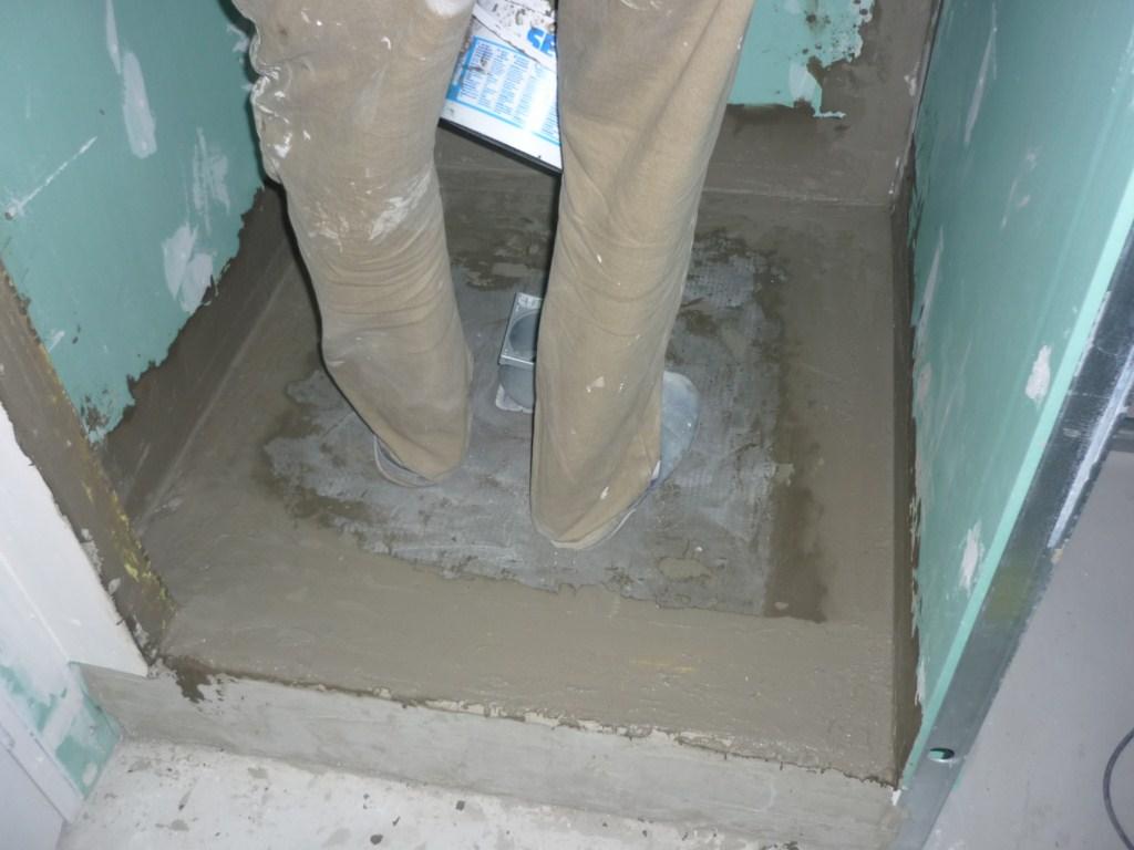 Pose des bandes d'étanchéité lux élements wedi dans receveur prêt à carreler dans douche italienne sur plancher bois