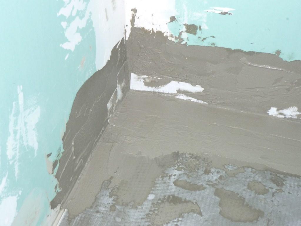 Pose des bandes d'étancheité lux element wedi autour du reveveur prêt à carreler