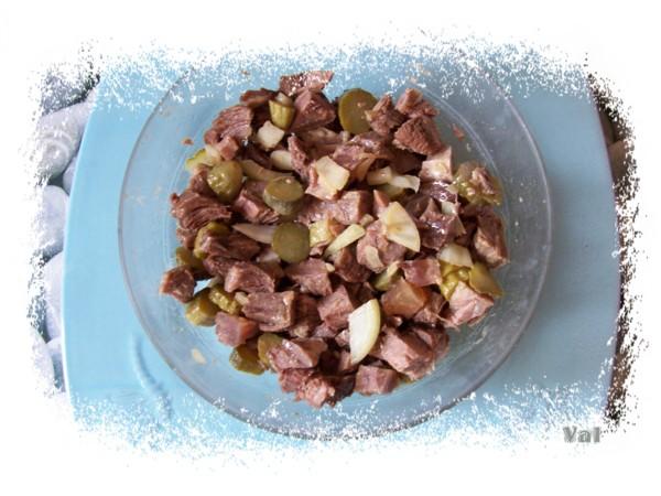 Salade avec la viande de pot-au-feu